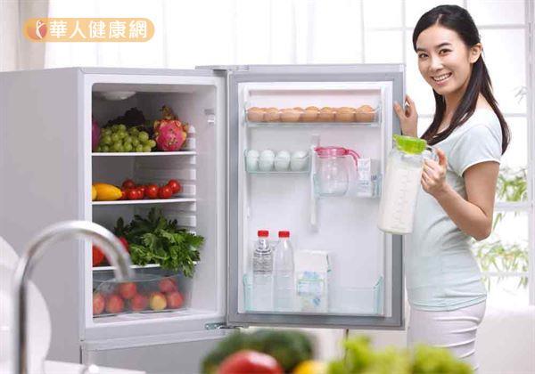 非冷盤的剩菜進冰箱前,一定要確保食物已經放涼,溫度與室溫相近再冰,才不會導致熱的食物因瞬間接觸冷空氣,使水蒸氣大量凝結,增加食物變質風險(微生物遇水活性更佳)。