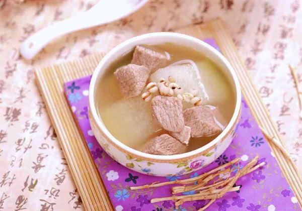 「冬瓜薏仁瘦肉湯」中的冬瓜具有清熱利水、降壓降脂的功效;薏仁可利水消腫、健脾去溼。二者都可防止脂肪堆積,適宜脂肪肝患者食用。(圖片/人類智庫提供)