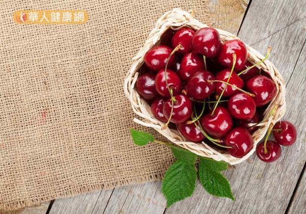 櫻桃具有益氣補血、健脾和胃、祛風除溼的功效,其含有豐富的花青素和維生素E,有很強的抗氧化能力,可促進尿酸排泄,緩解痛風、關節炎等不適症狀。