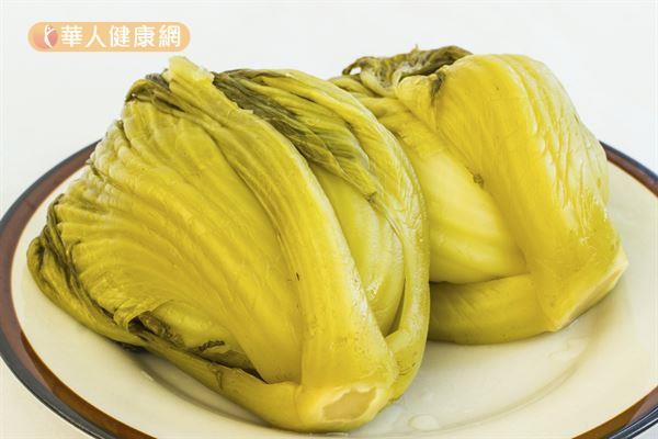 芥菜醃製後成為酸菜,是許多人煮湯、配麵喜愛使用的食材。
