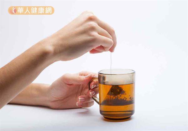 天氣冷颼颼,泡上一杯熱呼呼的茶飲,握在手心裡、小口啜飲,是許多上班族的小確幸!