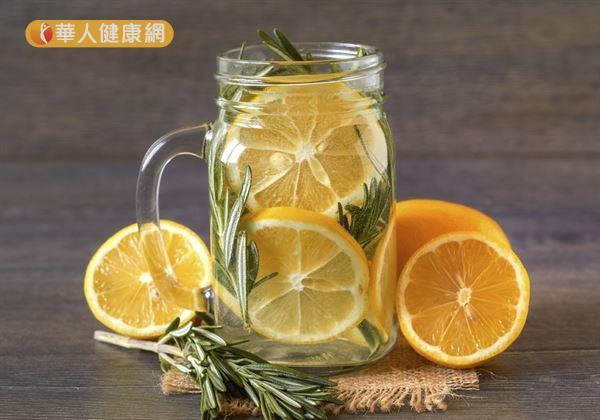 早上起床後,在杯水中放入一碗份量的水果,將水和水果通通吃下肚,可保健腸道,又能養顏美容。