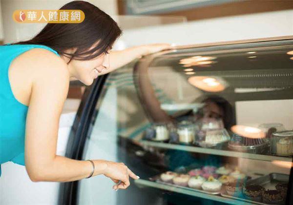 網路上盛傳:「國外研究指出,愛吃蛋糕麵包,未來罹患大腸癌風險將大幅提升」的說法,引起網友熱議,可真有這麼一回事嗎?