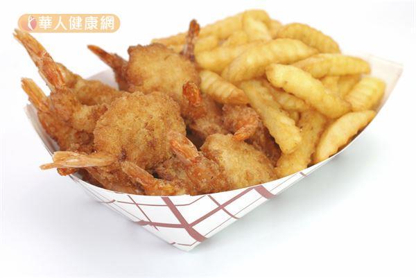 食物經過高溫油炸、燒烤等料理手續,容易使致癌性的亞硝酸物質大幅提升,一旦長期食用恐增加增加腸道細胞癌變的可能性。