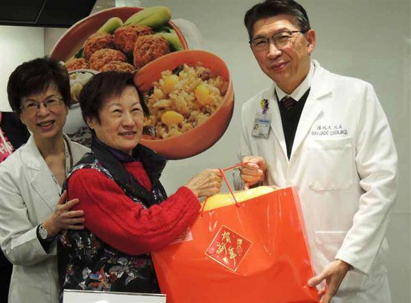 年節將至,台北醫學大學附設醫院陳瑞杰(右)院長提前為社區長者送上福袋,今年並首度由營養室設計銀髮族年菜,為長者加菜。(圖片提供/北醫附院)