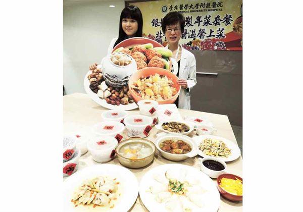 構思菜單的蘇秀悅主任(右)強調,年菜最重要的是要讓年長者吃的下。(圖片提供/北醫附院)