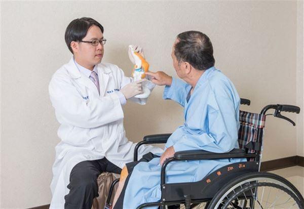 無刀關節專家鄧翔駿總院長表示,改良式的複合增生療法,治療退化性關節炎初,以不動刀關節軟治療為目標。(圖片提供/鄧翔駿醫師)