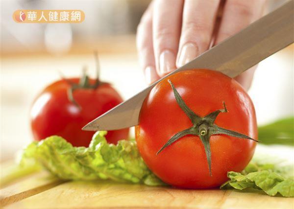 營養豐富的大番茄屬於寒性水果,感冒期間建議煮熟後再吃。