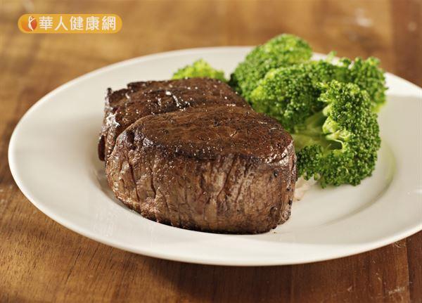 感冒期間應避免牛排、烤肉、五花肉、麻油雞等油膩滋補的飲食,以免增加腸胃道負擔。