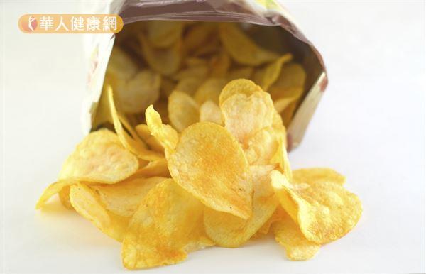 常吃油炸食物如洋芋片、炸薯條、炸雞容易誘發兒童性早熟。