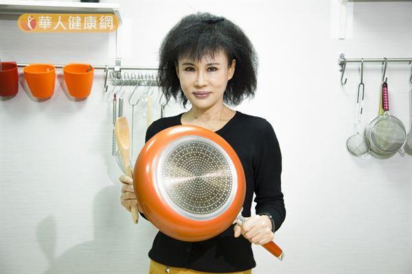 無毒養生達人譚敦慈表示,瞭解每一種鍋子的特性和正確使用的方法,就「沒有絕對不能用的鍋子」。(攝影/江旻駿)