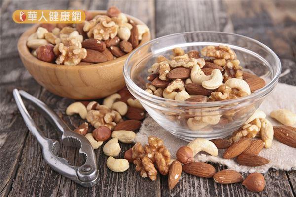 堅果種子類富含單元不飽和脂肪酸,有抗氧化、保護心臟的功能,但每天攝取應以1份為限。