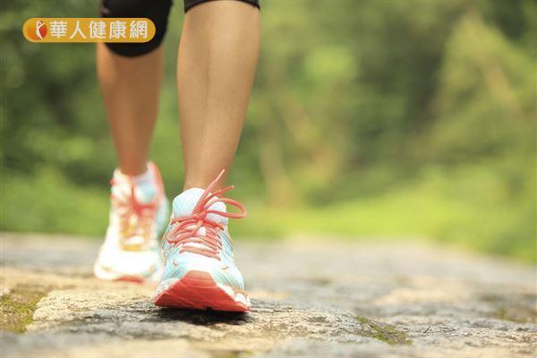 從事快走和慢走交互進行的間歇健走,不僅體重、體脂肪、血壓、膽固醇全都能獲得改善,還能鍛鍊到一般健走無法訓練到的大腿肌力。