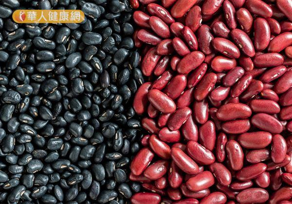 想要擁有無瑕美肌,適度飲用由有「四時神藥」之稱的茯苓及黑豆、紅豆熬煮而成的「茯苓黑紅湯」,就是女性肌膚護理的不錯選擇!