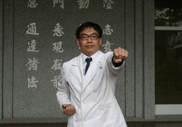 第7式——攥拳怒目增氣力。(圖片/台中慈濟醫院中醫部伍崇弘中醫師提供)