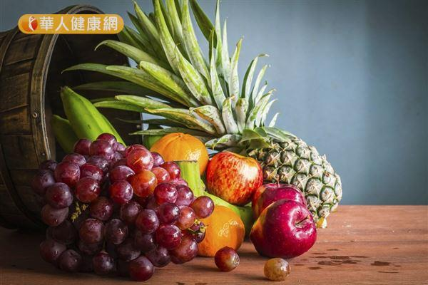 水果營養豐富,胃食道逆流患者其實不必忌口,過甜、過酸的水果如柳丁、葡萄柚、番茄、鳳梨等,要避免食用。