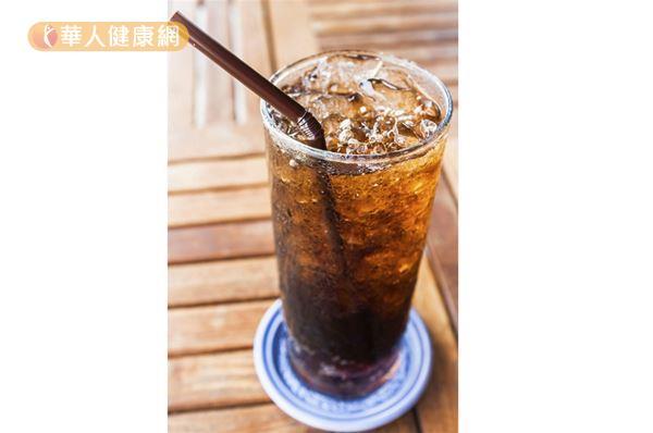 喝一瓶600c.c.的可樂,一天的糖分攝取量就超標。