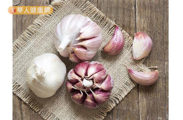大蒜所含的蒜素(Allicin)在動物實驗中,具有消毒、抗菌的功效;硫化合物則有很好的抗氧化、抗炎作用。