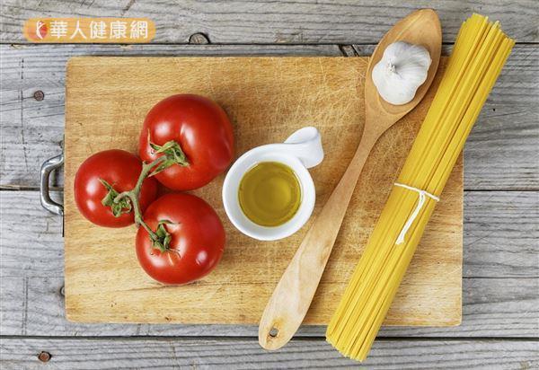 每100公克的番茄除了含有217毫克的鉀,蕃茄中所含的蕃茄紅素(胡蘿蔔素的一種)有很強的抗氧化的功效。