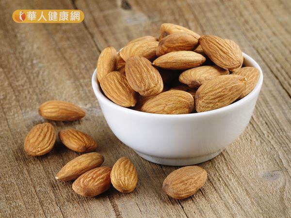 適量吃杏仁可以增加飽足感、調節血糖,有助減重。