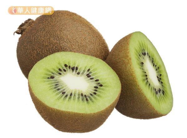 綠色果肉的奇異果比黃色果肉含有更多纖維和酵素,有助清除體內廢物。