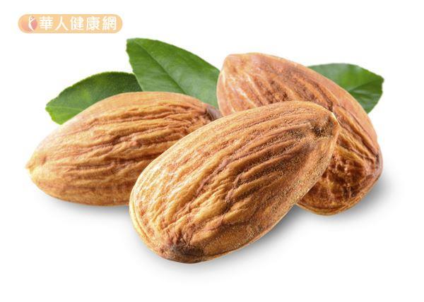 杏仁富含油脂和維生素E,可以增加肌膚的光澤和彈性。
