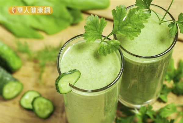 綠色蔬果汁可以一次喝進豐富維生素、礦物質、植化素,對肌膚健康很有幫助。