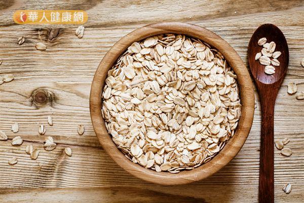 燕麥的膳食纖維不只有益腸道健康,對肌膚也有間接影響。