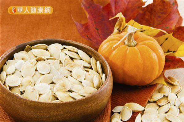 南瓜籽含有鋅,對於肌膚健康的維持和傷口的癒合都有重要影響。