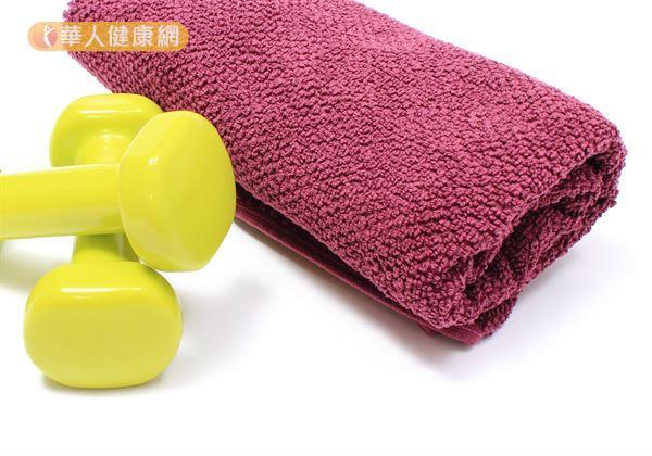 利用毛巾放置於膝蓋下方,進行「股四頭肌運動」對於改善膝關節疼痛有不錯的效果。
