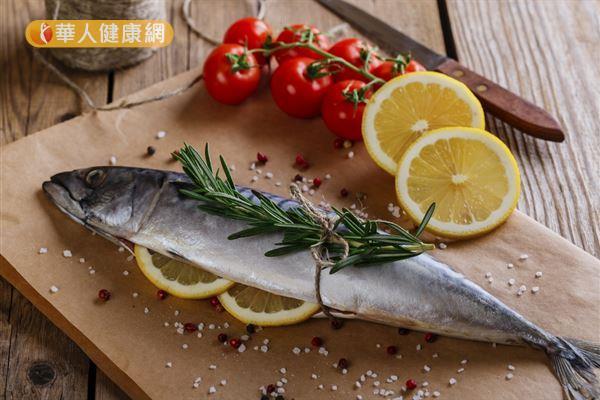 想要健康減重,維持賀爾蒙平衡,建議可以多攝取富含omega-3必需脂肪酸的鯖魚、秋刀魚、鮭魚。