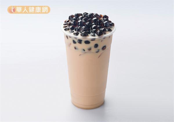 尤其是,台灣飲料文化氾濫,手搖飲料大多是使用果糖,而果糖容易在肝臟轉換成三酸甘油脂堆積,形成脂肪肝。