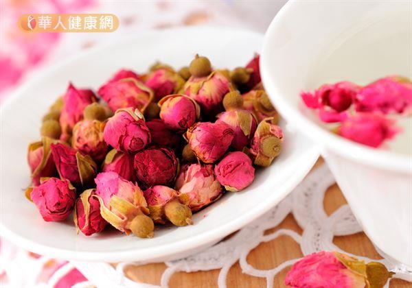 「玫瑰消脂茶」材料有玫瑰1錢、何首烏1錢、洛神1錢、枸杞1錢。
