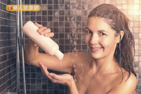 建議不要過度使用清潔劑,只需在身上容易出油的地方適量塗抹、清洗即可。