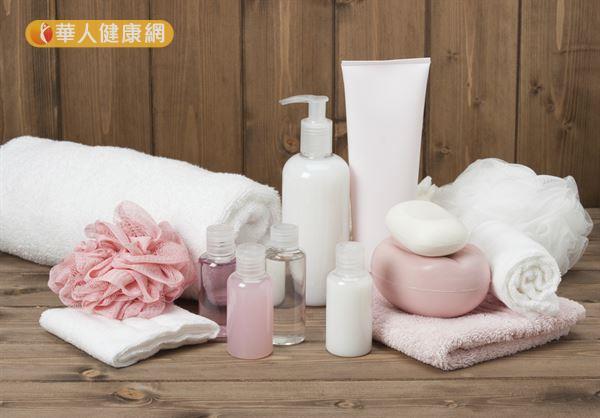 肥皂和沐浴乳各有優缺點,無論使用哪一種,都不要過量塗抹,以免刺激肌膚。