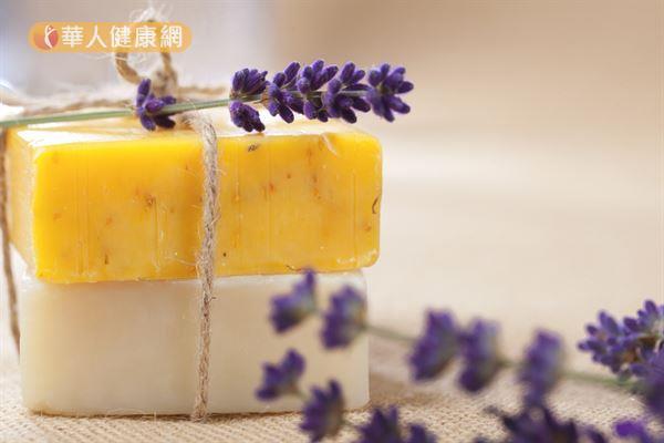 選擇手工皂時應注意原料是否天然,以免買到添加化學香精的香氛皂。