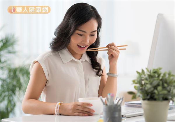 市售葉黃素產品可分為脂溶性與游離型2大類型。倘若,選擇的是脂溶性葉黃素,則建議在飯後食用吸收度較佳;如果是游離型的產品,則是飯前飯後食用皆可。
