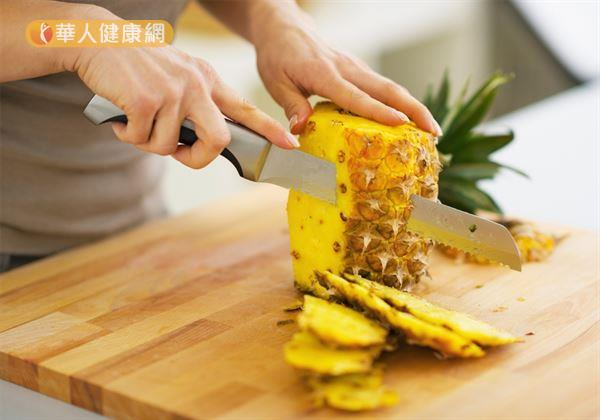 雖然適度食用鳳梨好處多多,但屬於水果一員的鳳梨糖份含量偏高,好吃之虞仍應避免過量。一般民眾建議若真的喜愛食用鳳梨,每日也應以2~3份為限。