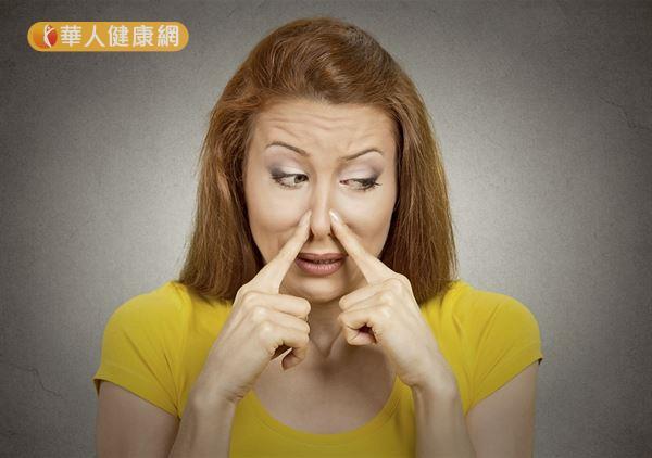 汗腺分泌物與體表細菌作用會產生異味,影響人際關係。