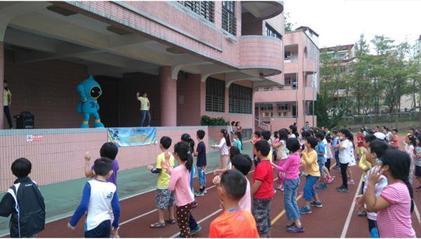 活潑有趣的「三樂健康動動操」透過簡單的動作訓練孩子的核心肌群、手臂肌力、跳躍力、協調性等,短短3分鐘就能活動全身,讓孩子在歡樂氣氛中增加活動量、愛上運動!