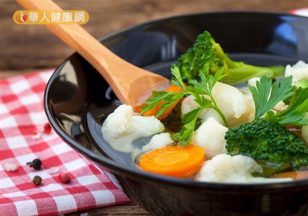陳玫妃中醫師指出,其實將各式當季蔬菜,一同熬煮成蔬菜清湯。同時,對症輔以藥性平和、有溫補作用茯苓、生薑、肉桂等食材,就是增加氣血循環,又能滿足口腹之欲、提升飽足感、幫助瘦身的好選擇。