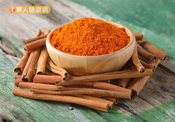 肉桂,味甘辛、性熱,適度食用有助散寒止痛,溫經通脈。