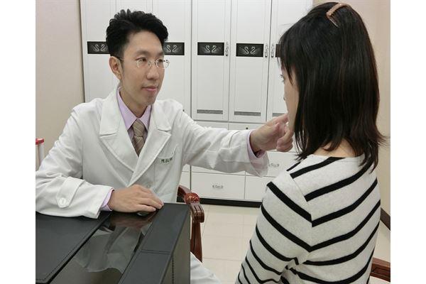 酒糟性皮膚炎是一種慢性反覆性的皮膚病變,主要為血管擴張所引起,所以一開始會有臉部泛紅的症狀。(圖片提供/巴黎國際長春診所陳拓綱院長)