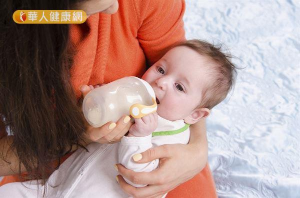 6個月以下的寶寶腎臟功能還未發育完全,若再額外補充純水,有可能會引發「水中毒」。