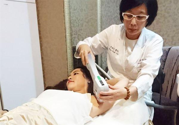 李琬若醫師(右)利用微波熱能,替女患者治療腋下多汗症問題。(圖片提供/衛福部雙和醫院)