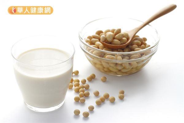 國外研究發現,喝豆漿可能可以改善多囊性卵巢症候群患者的血糖和血脂。