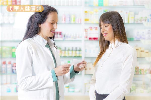 建議保健食品跟藥物最好間隔一個小時後再吃,才不會產生較生交互作用,若對藥物有任何疑問,務必要諮詢合格藥師。