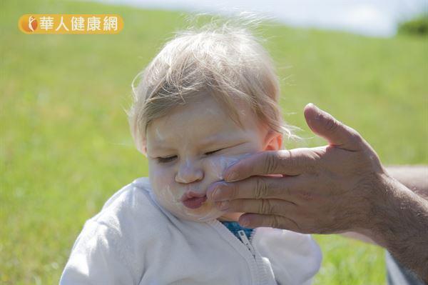 蔡逸姍醫師建議,嬰幼兒防曬乳的成分越簡單越好,例如:弱酸性、低致敏性、不含酒精和多餘香料是嬰幼兒防曬乳的必要條件。