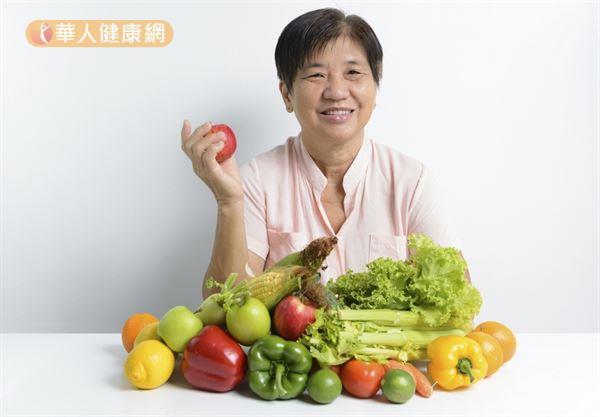 調查發現,多吃蔬果的人,自評無齡感的分數較高,顯示多吃蔬果會讓人覺得年輕。