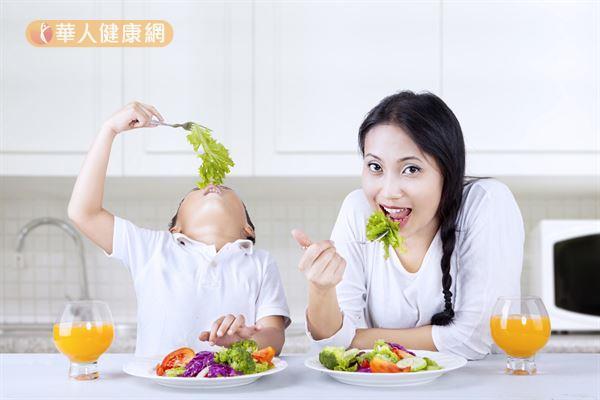 為避免孩子因吃點心而影響正餐食慾,鄭師嘉營養師提醒,爸媽們應謹記「2不2要」的原則,才不會讓本有幫助小朋友額外補充營養的點心時間,成為干擾正餐營養攝取的元兇。